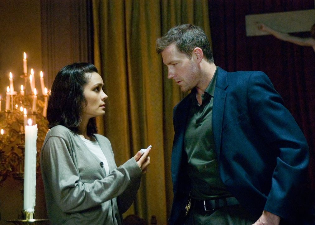 Nach und nach kommen Beth (Shannyn Sossamon, l.) und Detective Jack Andrews (Ed Burns, r.) der Wahrheit auf die Spur. Da beginnt auch Beths Handy di... - Bildquelle: Warner Bros. Television