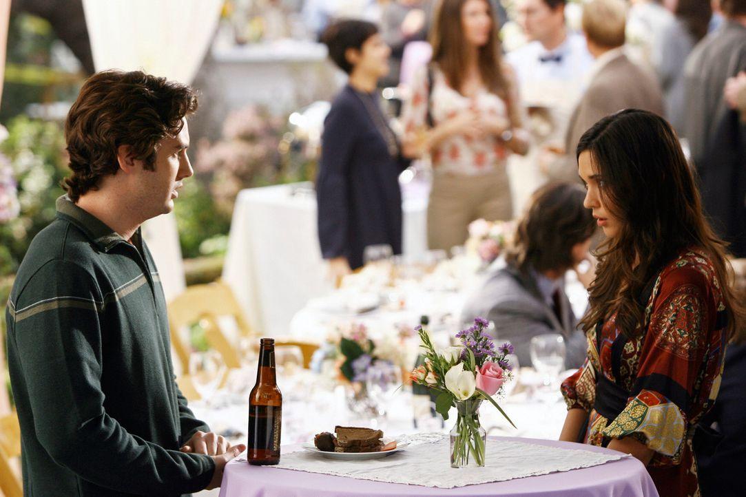 Aubrey (Odette Yustman, r.) kann es kaum glauben: Ronny (Jonathan Murphy, l.) ist in sie verliebt... - Bildquelle: ABC Studios