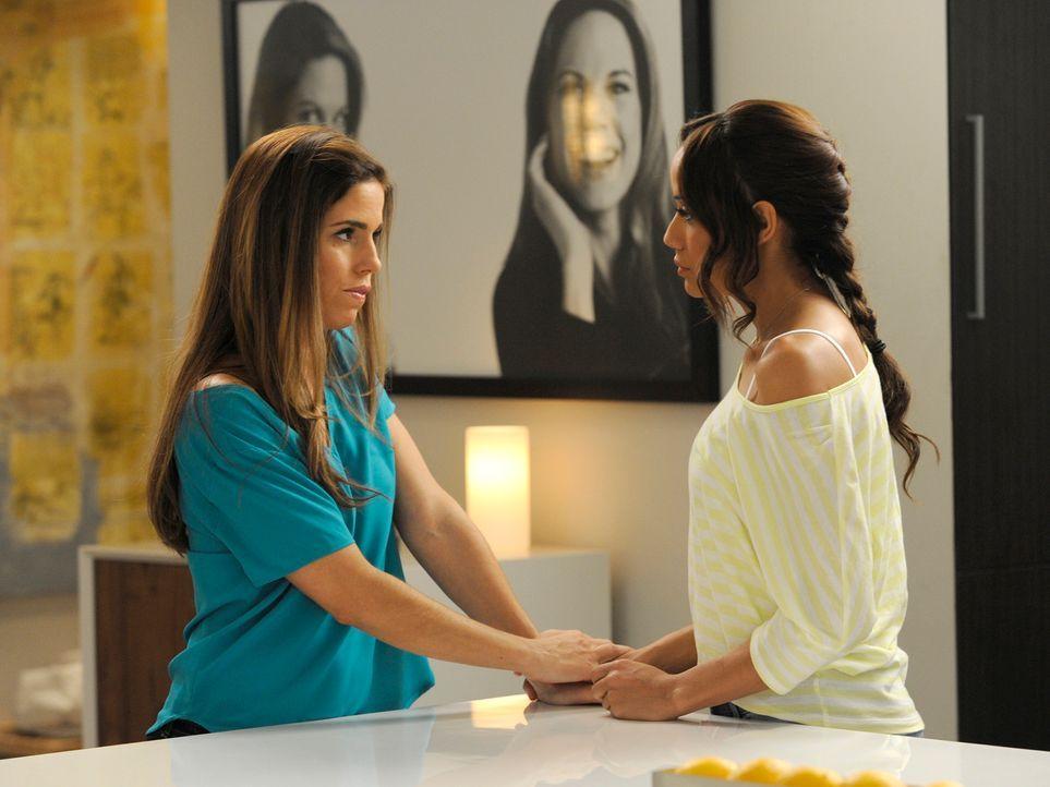 Rosie (Dania Ramirez, r.) arbeitet bei den Powells, doch sie fühlt sich nicht wohl dort. Marisol (Ana Ortiz, l.) muss Überzeugungsarbeit leisten, da... - Bildquelle: ABC Studios