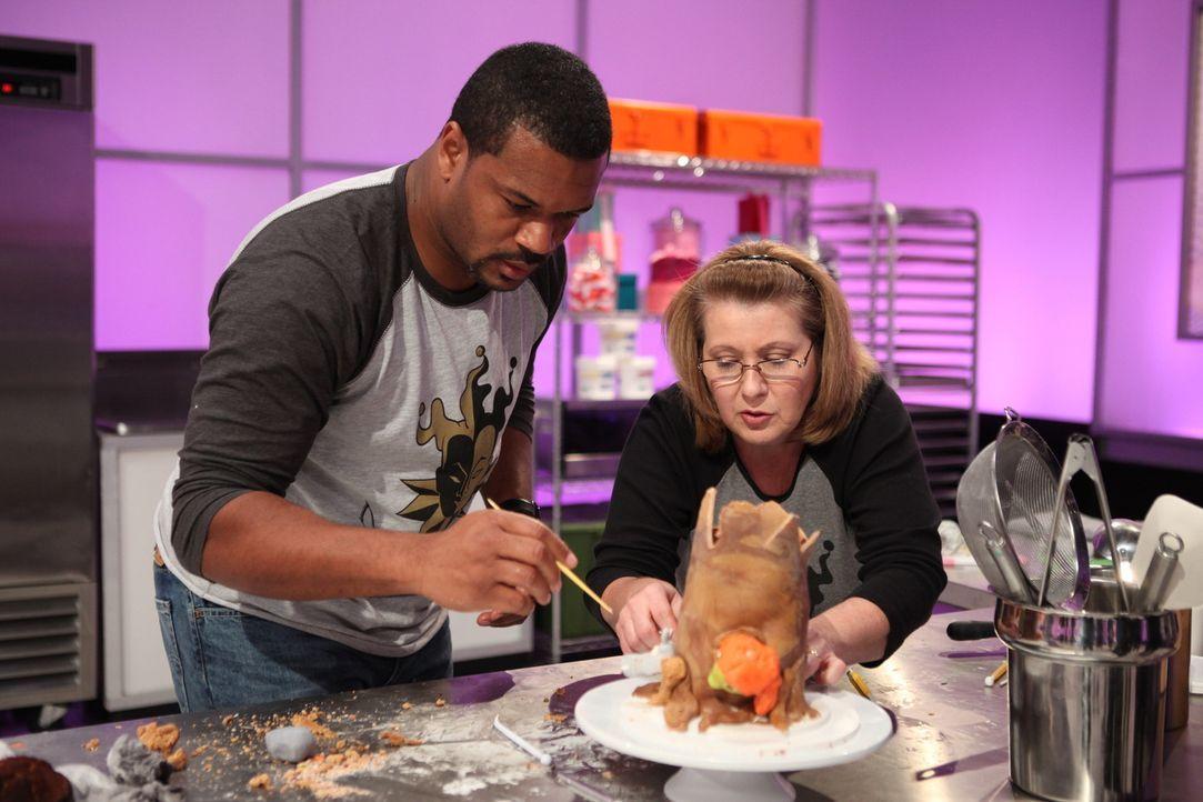 """Um an der finalen Challenge von """"Cake Wars"""" teilnehmen zu dürfen und eine Chance auf die 10.000 $ zuhaben, müssen Jockan Jordan (l.) und Kim Dodgen... - Bildquelle: 2016,Television Food Network, G.P. All Rights Reserved"""