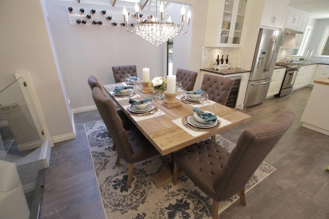 Mit dem Einreißen der Wand zur Küche schafft Jonathan mehr Platz und kann Chad und Danielles Wunsch von einer offenen, modernen Wohnküche erfüllen.... - Bildquelle: 2017,HGTV/Scripps Networks, LLC. All Rights Reserved