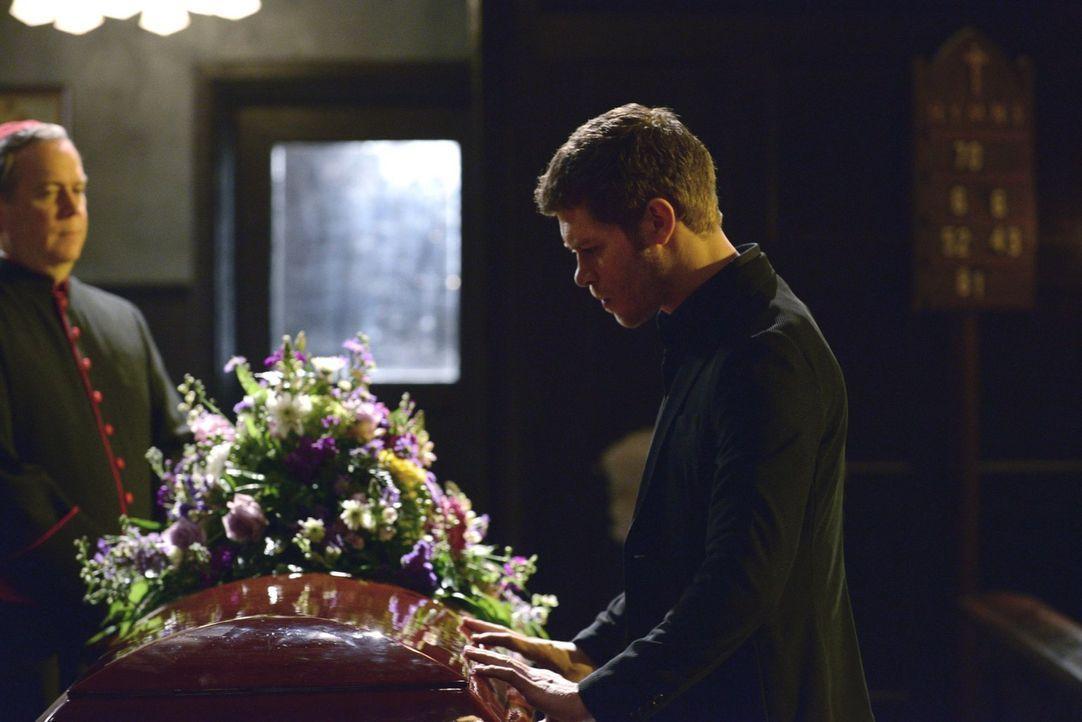 Die Beharrlichkeit, mit der sein Vater ihm schaden will, bringt Klaus (Joseph Morgan, r.) fast um seinen Verstand ... - Bildquelle: Warner Bros. Television