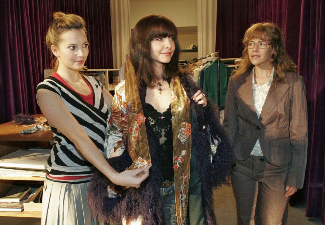 Nicht nur Lisa (Alexandra Neldel, r.) ist angetan vom Outfit, das Hannah (Laura Osswald, l.) der Sängerin Alex (Janin Reinhardt, M.) zusammengestel... - Bildquelle: Noreen Flynn Sat.1