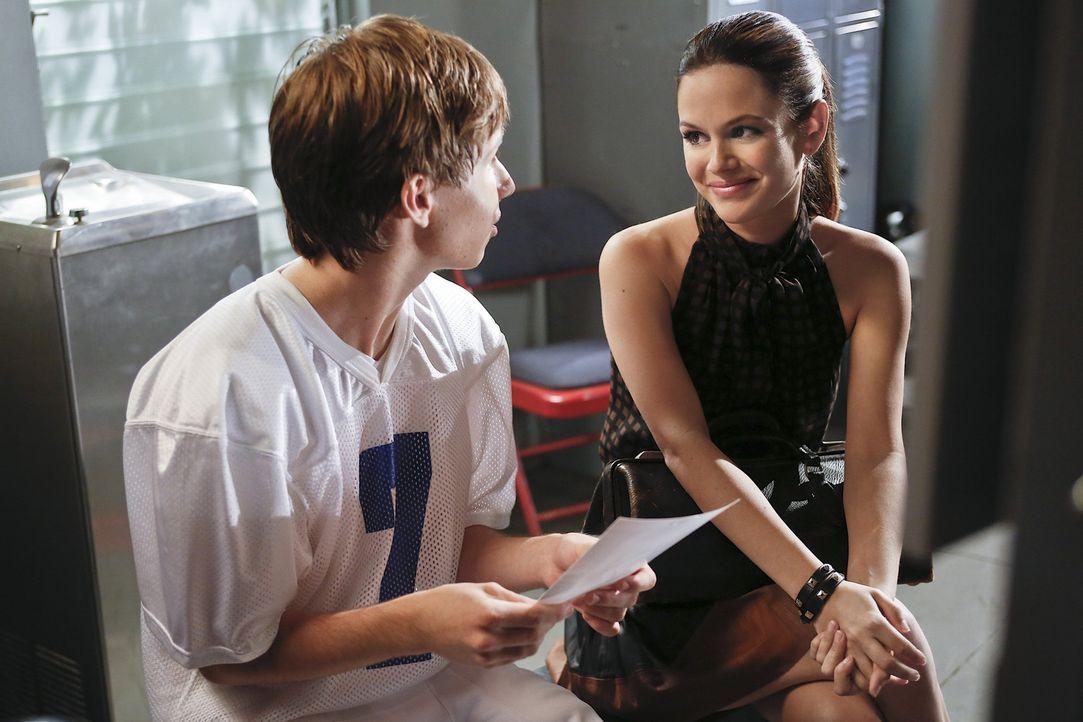 Um der Football Mannschaft nicht das Spiel zu zerstören, entscheidet sich Zoe (Rachel Bilson, r.) dazu, erst später mit Max (Nicholas Podany, l.) zu... - Bildquelle: Warner Bros.