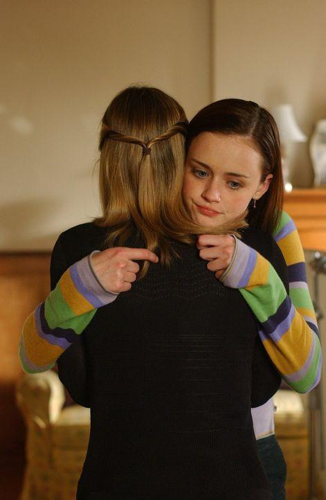 Nachdem Paris' (Liza Weil, l.) Freund Asher an einem Herzinfarkt stirbt, leistet Rory (Alexis Bledel, r.) ihrer Freundin Beistand ... - Bildquelle: 2004 Warner Bros.