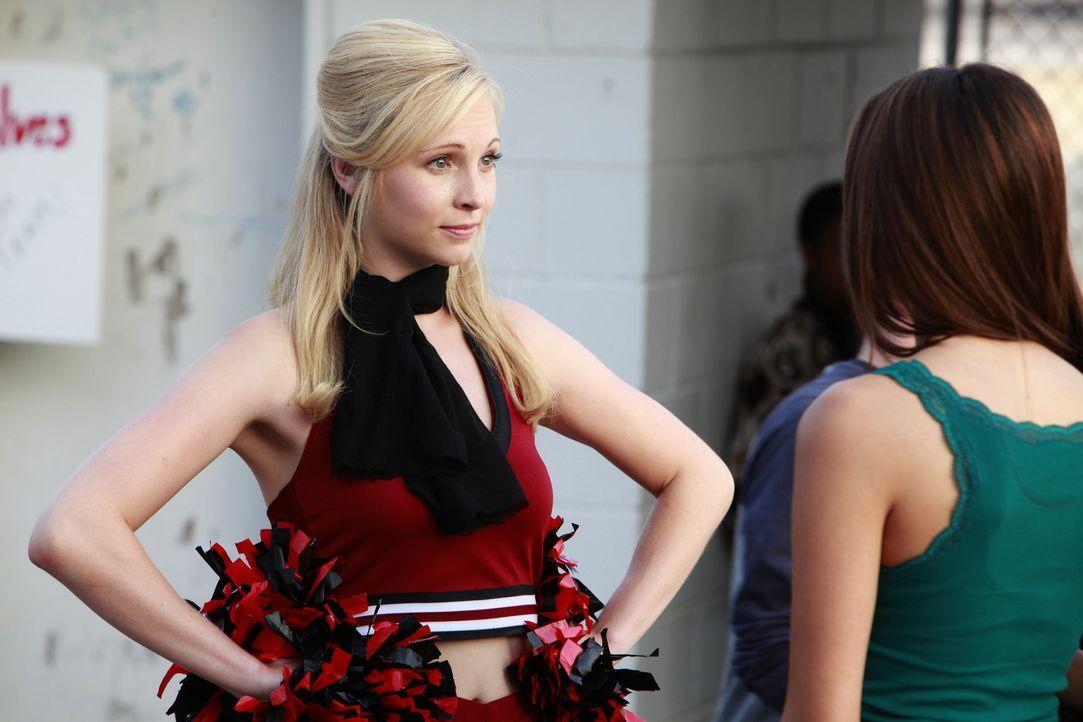 Ist Caroline (Candice Accola, l.) eifersüchtig auf Elena (Nina Dobrev, r.)? - Bildquelle: Warner Brothers