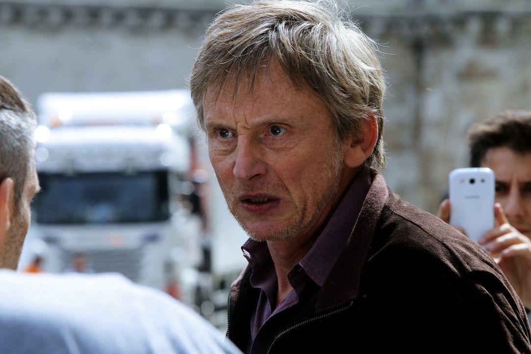 Die Entführung einer jungen Frau ruft Christophe Bauchart (Philippe Polet) auf den Plan, der sich den medienwirksamen Fall für seine eigenen Zwecke... - Bildquelle: 2014 BEAUBOURG AUDIOVISUEL