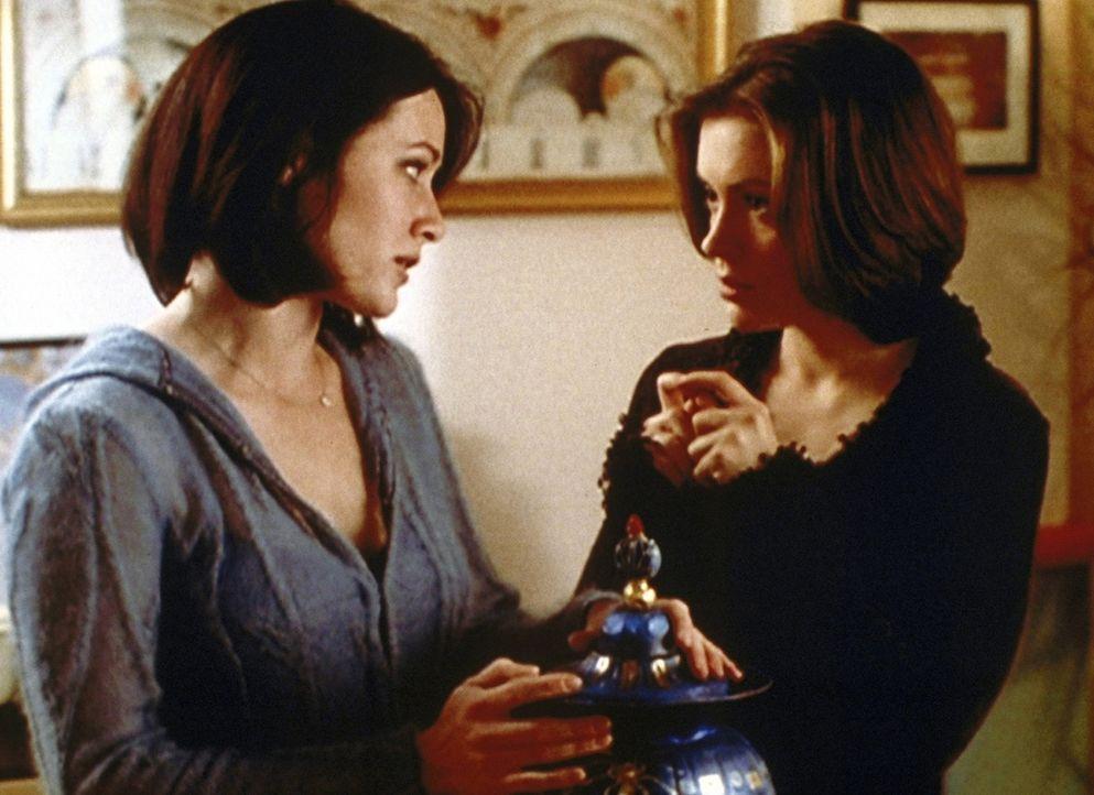 Phoebe (Alyssa Milano, r.) bittet Prue (Shannen Doherty, l.), eine alte ägyptische Urne bei der nächsten Auktion schätzen zu lassen ... - Bildquelle: Paramount Pictures