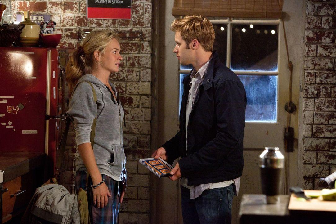Überzeugt Lux (Brittany Robertson, l.), sich mit Paige und ihm einen Film anzusehen: Eric (Shaun Sipos, r.)... - Bildquelle: The CW   2010 The CW Network, LLC. All Rights Reserved