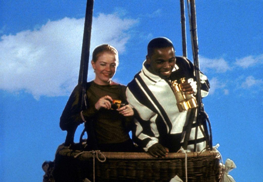 Sabrina (Melissa Joan Hart, l.) hat bei Gericht erreicht, dass sie ihren alten Quizmaster (Alimi Ballard, r.) zurückbekommt. Zur Belohnung macht er... - Bildquelle: Paramount Pictures
