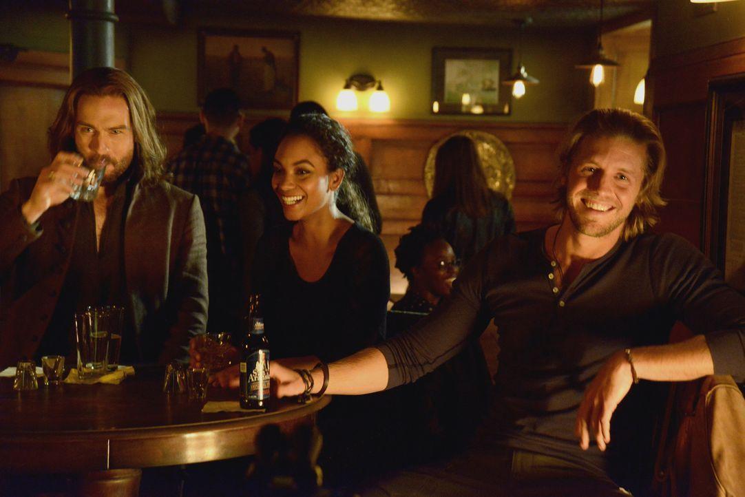 Nicht einmal ein Abend ohne das Böse ist Ichabod (Tom Mison, l.), Jenny (Lyndie Greenwood, M.) und Hawley (Matt Barr, r.) vergönnt ... - Bildquelle: 2014 Fox and its related entities. All rights reserved