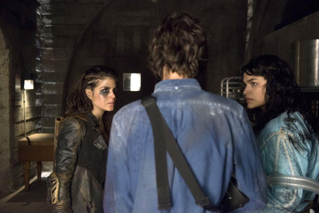 Für Jasper (Devon Bostick, M.) und Maya (Eve Harlow, r.) bringt sich Octavia (Marie Avgeropoulos, l.) schließlich erneut in Lebensgefahr ... - Bildquelle: 2014 Warner Brothers