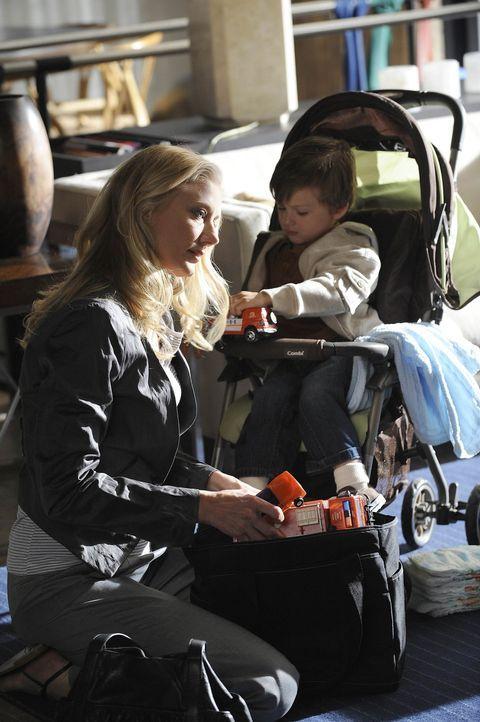 Findet heraus, dass Sean den Rollstuhl in Wirklichkeit gar nicht mehr braucht: Julia (Joely Richardson, l.) ... - Bildquelle: Warner Bros. Entertainment Inc. All Rights Reserved.