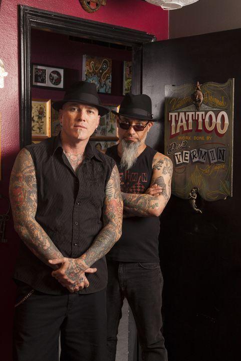Tätowierer Dirk Vermin (l.) und Kumpel Rob Ruckus (r.) haben ein Ziel: Sie wollen die Welt ein wenig schöner machen, indem sie grausame Tattoos cove... - Bildquelle: Richard Knapp 2014 A+E Networks, LLC