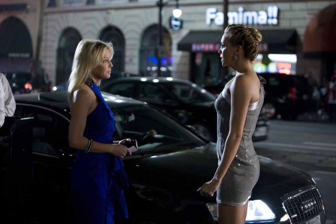 In ihrer ersten Prüfung von Amanda (Heather Locklear, l.) ist Ella (Katie Cassidy, r.) kläglich gescheitert - doch es folgt noch eine zweite... - Bildquelle: 2009 The CW Network, LLC. All rights reserved.
