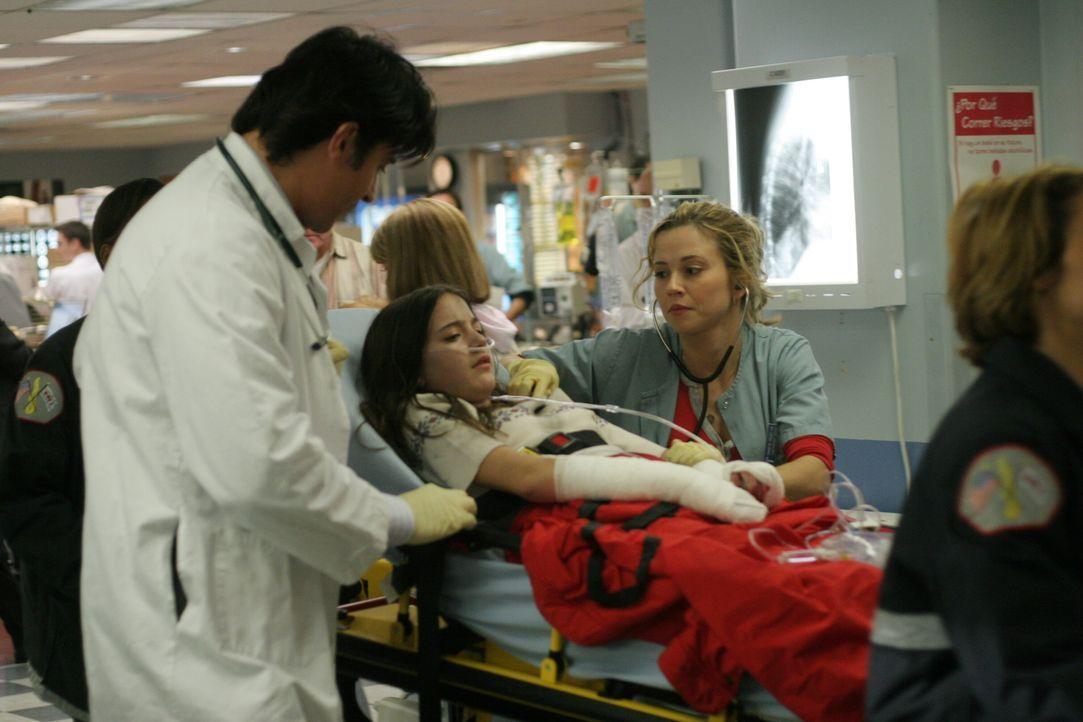 Luka (Goran Visnjic, l.) und Sam (Linda Cardellini, r.) kümmern sich um Megan (Alexa Nikolas, M.) die in die Notaufnahme des County Hospitals eingel... - Bildquelle: WARNER BROS