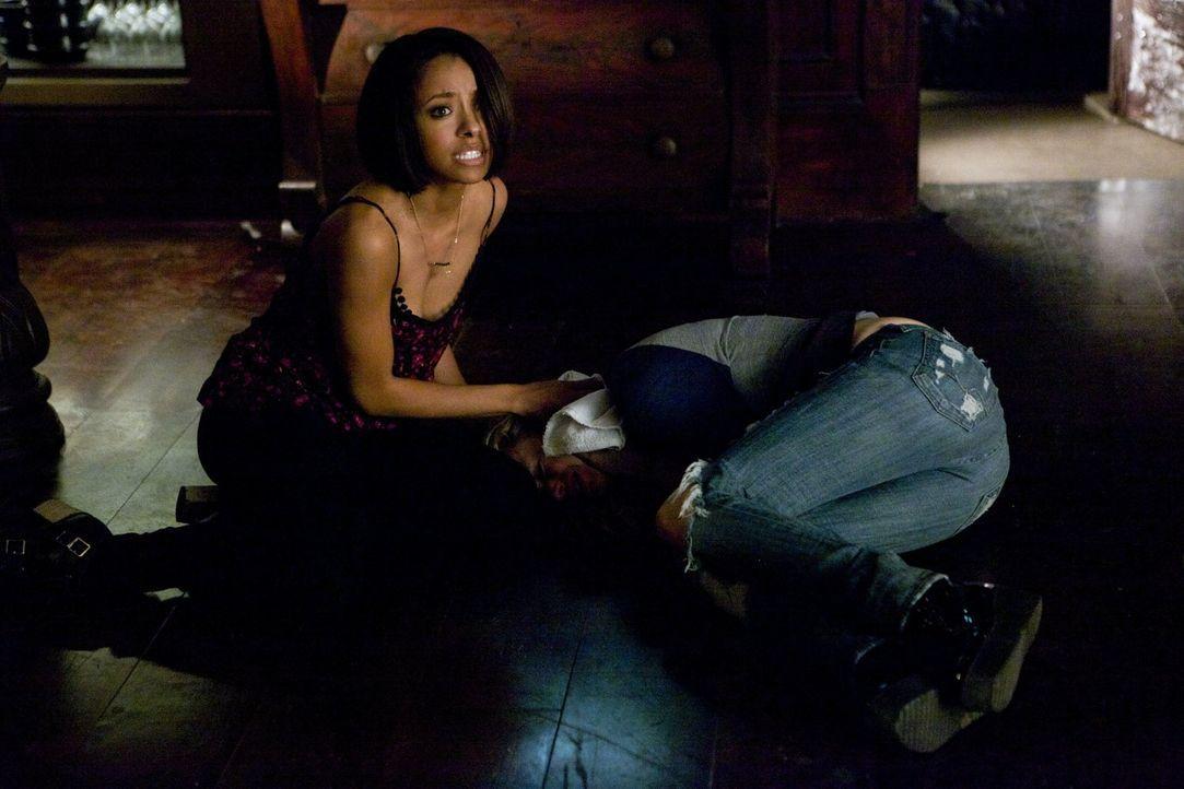 Verzweifelt versucht Bonnie (Kat Graham) zu erkennen, was wirklich auf der anderen Seite vor sich geht, doch die Ereignisse auf unserer Seite lenken... - Bildquelle: Warner Brothers