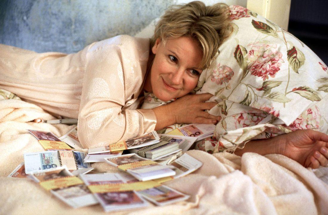 Helen (Mariele Millowitsch) kann es nicht fassen: In der Wohnung ihres abtrünnigen Mannes hat sie einen Koffer voller Geld gefunden! - Bildquelle: Sat.1