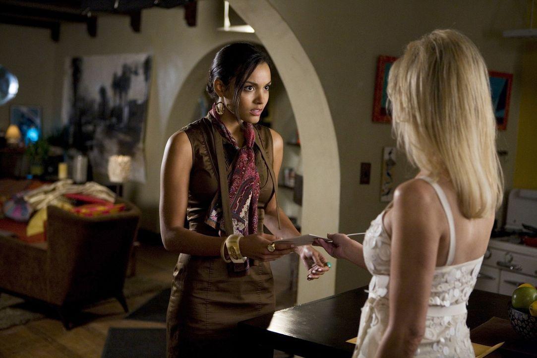 Da hat sich Riley (Jessica Lucas, l.) wohl mit der falschen Frau angelegt - Amanda (Heather Locklear, r.) lässt sich nicht gerne auf die Zehen tret... - Bildquelle: 2009 The CW Network, LLC. All rights reserved.