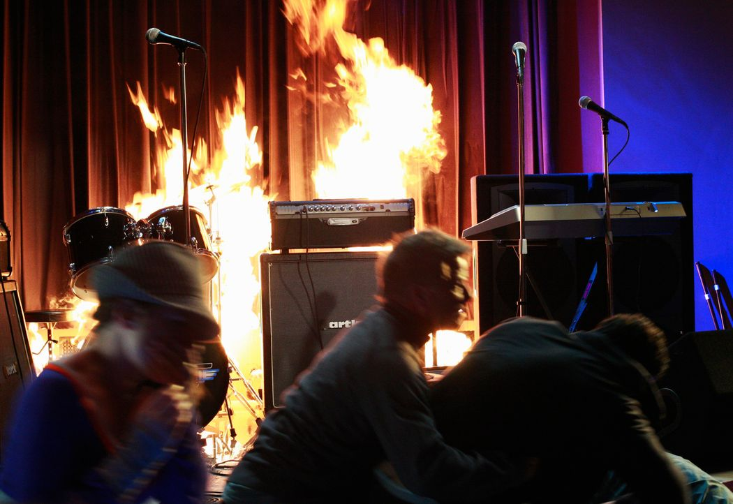 Plötzlich bricht ein Feuer auf der Bühne aus und bringt das Leben aller Anwesenden in Gefahr ... - Bildquelle: ABC Studios
