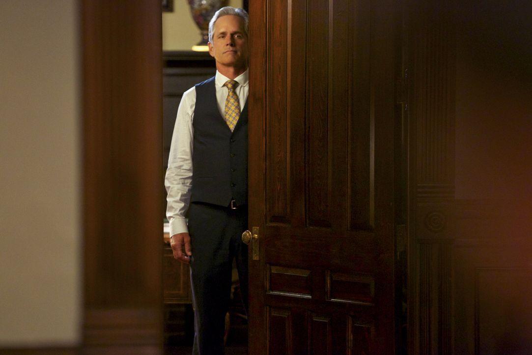Dec (Gregory Harrison) gefällt es überhaupt nicht, dass Roy eine Hostess vor Gericht vertritt, vor allem, weil er die Dame kennt ... - Bildquelle: 2013 CBS BROADCASTING INC. ALL RIGHTS RESERVED.