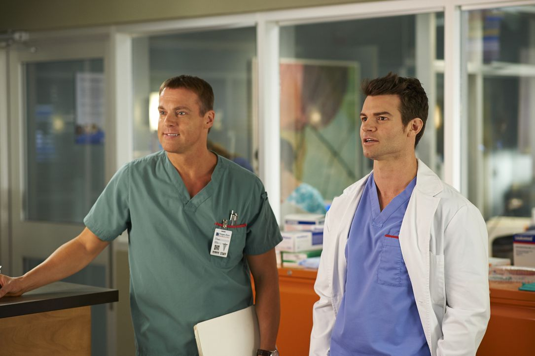 Einige Patienten sorgen dafür, dass Charlie (Michael Shanks, l.) und Joel (Daniel Gillies, r.) aneinander geraten ... - Bildquelle: 2013  Hope Zee Two Inc.