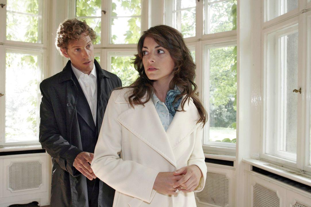 Seinen damaligen Weggang nachtragend, zeigt Mariella (Bianca Hein, r.) Lars (Clayton M. Nemrow, l.) demonstrativ die kalte Schulter. - Bildquelle: Noreen Flynn SAT.1 / Noreen Flynn