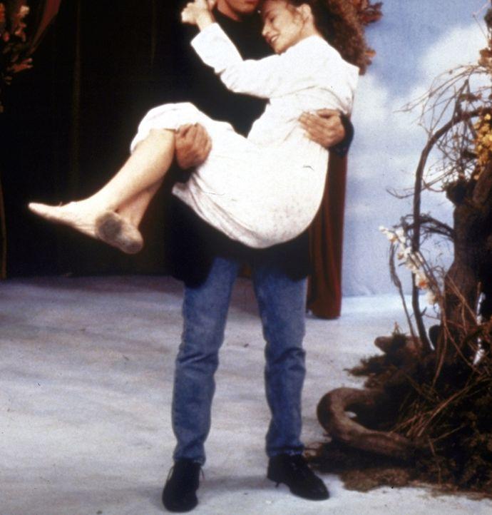 Jack Wagner (l.) trägt die schlafende Jenny (Michelle Beaudoin, r.) nach Hause. - Bildquelle: Paramount Pictures