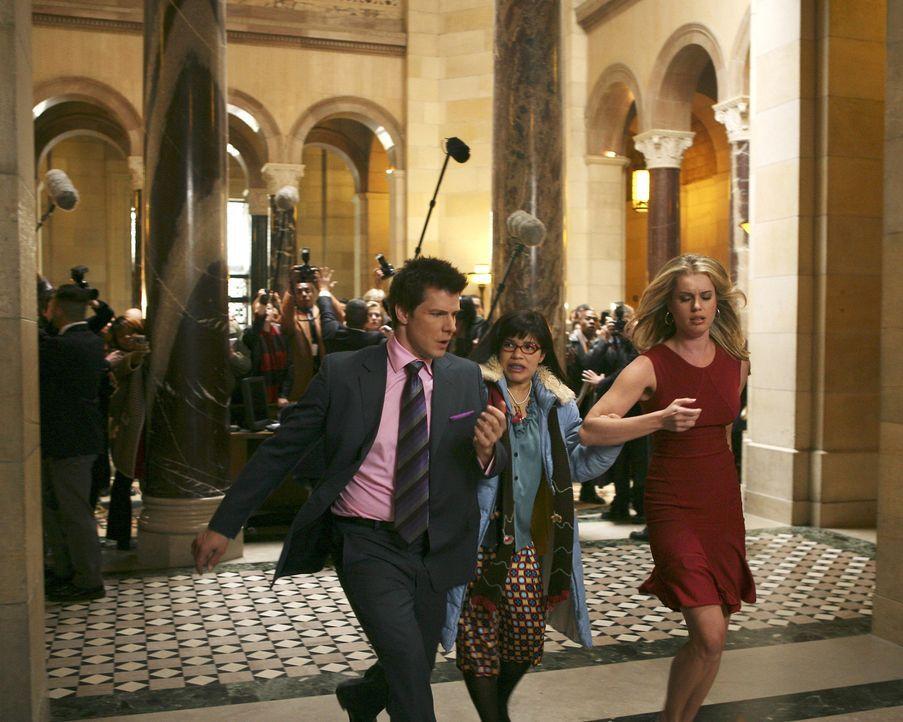 Betty (America Ferrera, M.) spricht ein Machtwort und entführt Alexis (Rebecca Romijn, r.) und Daniel (Eric Mabius, l.) von der Pressekonferenz. Den... - Bildquelle: Buena Vista International Television