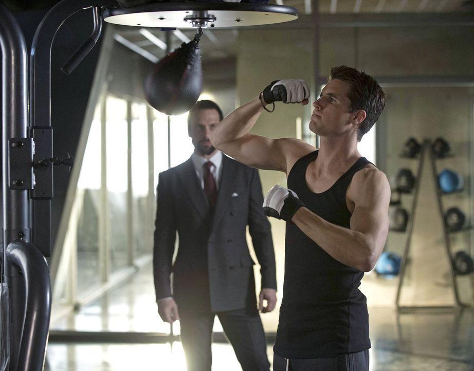 Welche Pläne hat Mr. Bathory (Simon Merrells, l.) für Stephen (Robbie Amell, r.)? - Bildquelle: Warner Bros. Entertainment, Inc