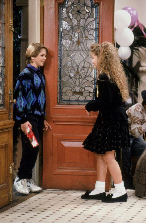 Auf ihrer Geburtstagsparty muss sich D.J. (Candace Cameron, r.) ihrer chaotischen Familie und ihren Gefühlen für Kevin (Scott Curtis, l.) stellen ..... - Bildquelle: Warner Brothers Inc.