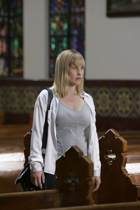 In einer Kirche erhofft Allison (Patricia Arquette) Hinweise auf den Verbleib einer Studentin zu bekommen, die vor kurzem spurlos verschwunden ist ... - Bildquelle: Paramount Network Television