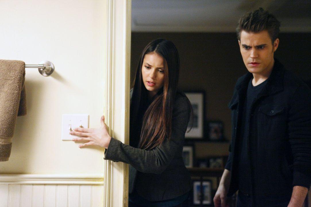 Machen eine grausame Entdeckung: Stefan (Paul Wesley, r.) und Elena (Nina Dobrev, l.) - Bildquelle: Warner Brothers