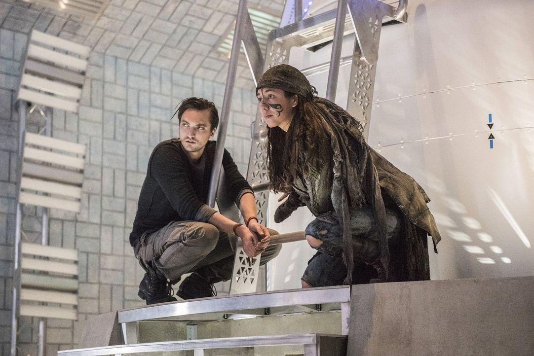 Nachdem ihr Experiment mit dem Grounder nicht so verläuft wie erhofft, gerät Emori (Luisa D'Oliveira, r.) erneut ins Fadenkreuz. Doch wird Murphy (R... - Bildquelle: 2016 Warner Brothers