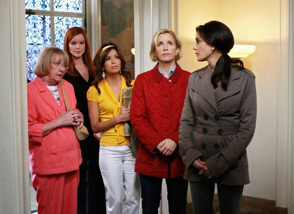 Ein grausamer Tod erschüttert die Bewohner der Wisteria Lane: Karen McCluskey (Kathryn Joosten, l.), Bree (Marcia Cross, 2.v.l.), Gabrielle (Eva Lon... - Bildquelle: ABC Studios