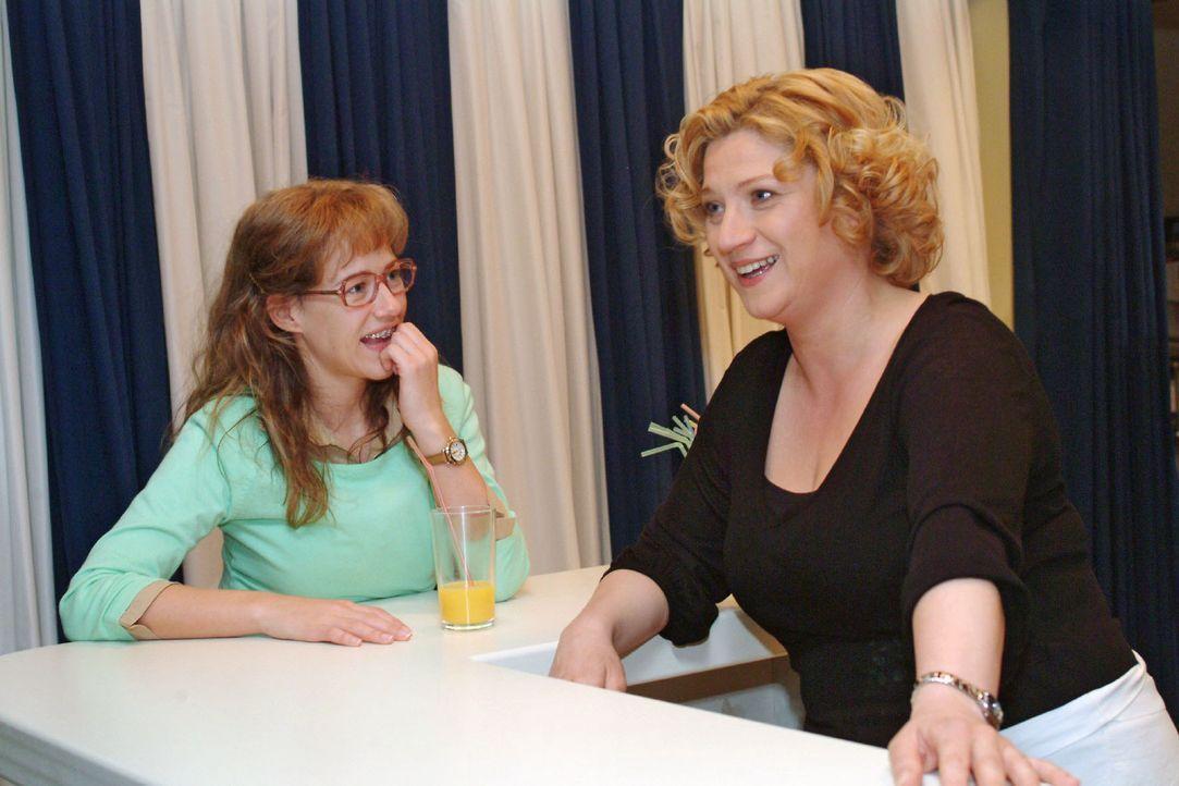 Lisa (Alexandra Neldel, l.) lauscht Agnes' (Susanne Szell, r.) Erzählungen aus früheren Zeiten - und bekommt die Bestätigung, dass David einen gu... - Bildquelle: Sat.1