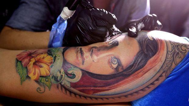 Die Außenseite der Oberschenkel eignet sich gut für ein Einsteiger-Tattoo, de...