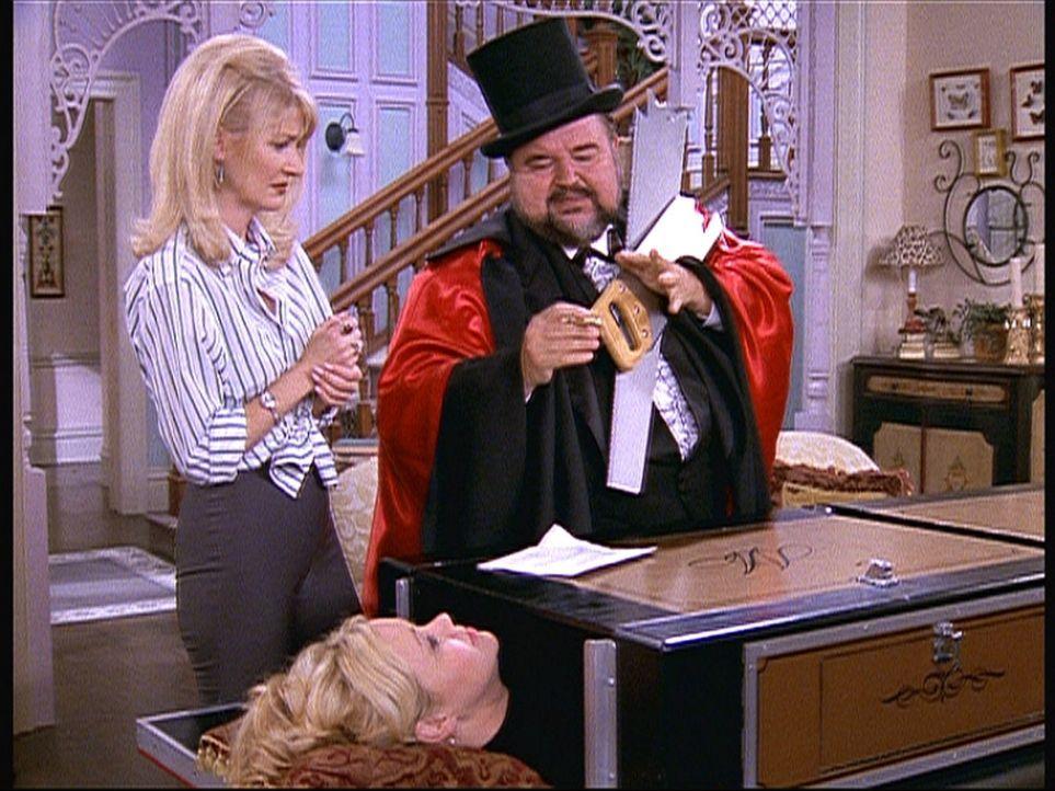 Cousin Mortimer (Dom De Luise, r.) führt Hilda (Caroline Rhea, vorne) und Tante Zelda (Beth Broderick, l.) Zaubertricks vor. - Bildquelle: Paramount Pictures