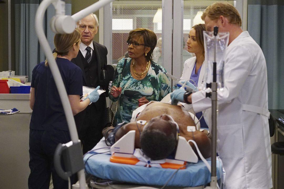Leo Polson (Charles Robinson, liegend) wird mit schweren Rückenproblemen eingeliefert. Jo (Camilla Luddington, 2.v.r.), Meredith (Ellen Pompeo, l.)... - Bildquelle: Richard Cartwright ABC Studios