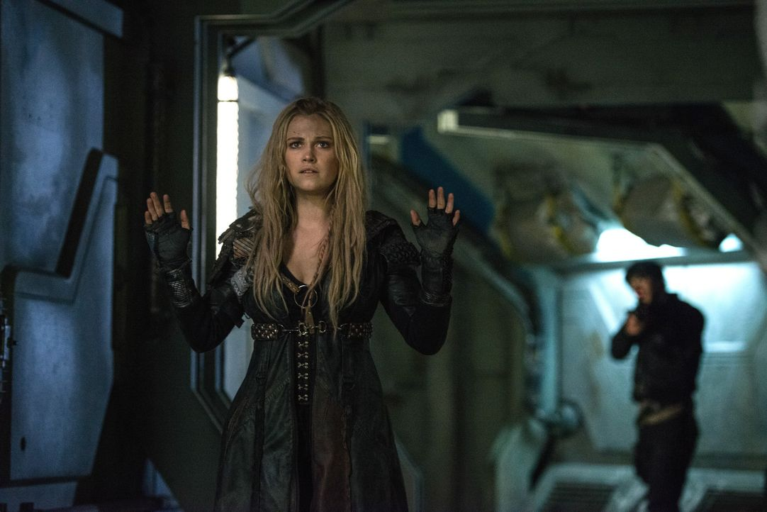 Findet Clarke (Eliza Taylor) wirklich die richtigen Worte, um an den Code von Alie 2 zu kommen, ohne, dass sie in einen Menschen eingepflanzt werden... - Bildquelle: 2014 Warner Brothers