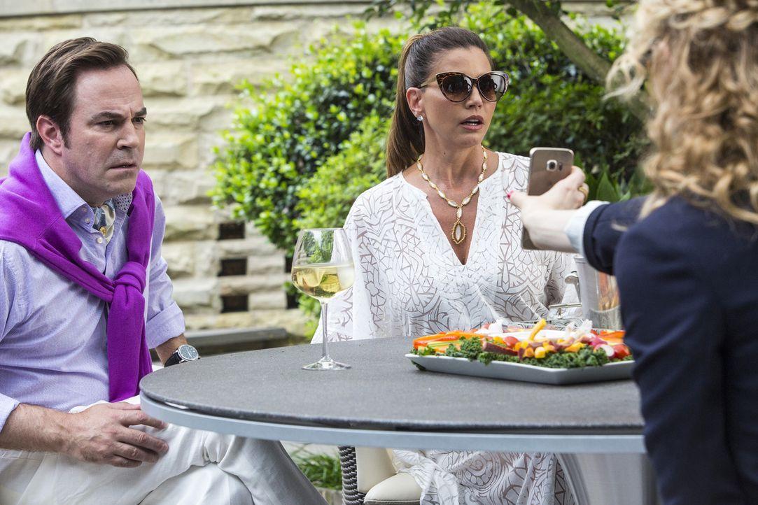 Auf der Suche nach Chanel #2 statten Zayday, Grace und Denise ihren Eltern Dr. Herfmann (Roger Bart, l.) und Mrs. Herfmann (Charisma Carpenter, r.)... - Bildquelle: Skip Bolen 2015 Fox and its related entities.  All rights reserved.