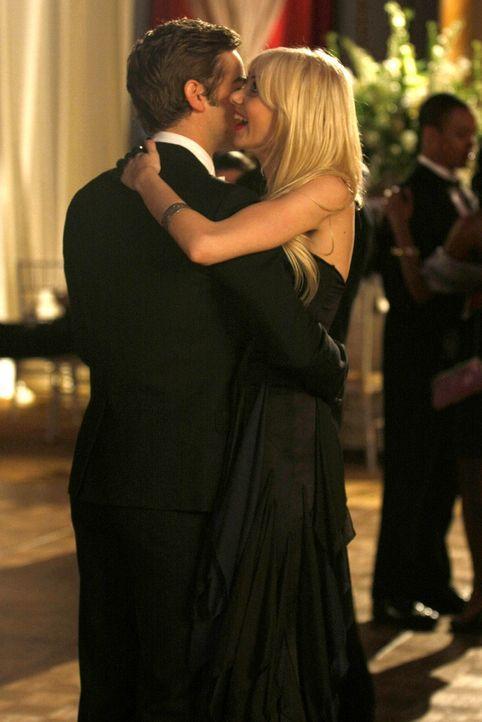 """""""Also, danke, dass du mich wieder gerettet hast"""", meint Jenny (Taylor Momsen, r.) lachend zu Nate (Chace Crawford, l.). - Bildquelle: Warner Brothers"""