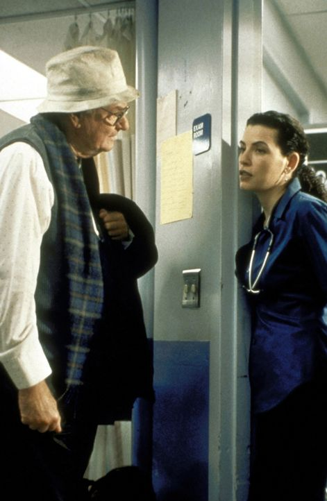 Hathaways (Julianna Margulis, r.) Sorgenkind, Mr. Levy (Harvey Korman, l.) ist anhänglicher, als sie geahnt hatte. - Bildquelle: TM+  2000 WARNER BROS.