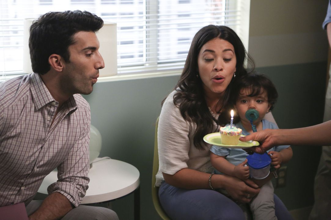 Feiern Mateos ersten Geburtstag: Jane (Gina Rodriguez, M.) und Rafael (Justin Baldoni, l.) ... - Bildquelle: Scott Everett White 2016 The CW Network, LLC. All rights reserved.