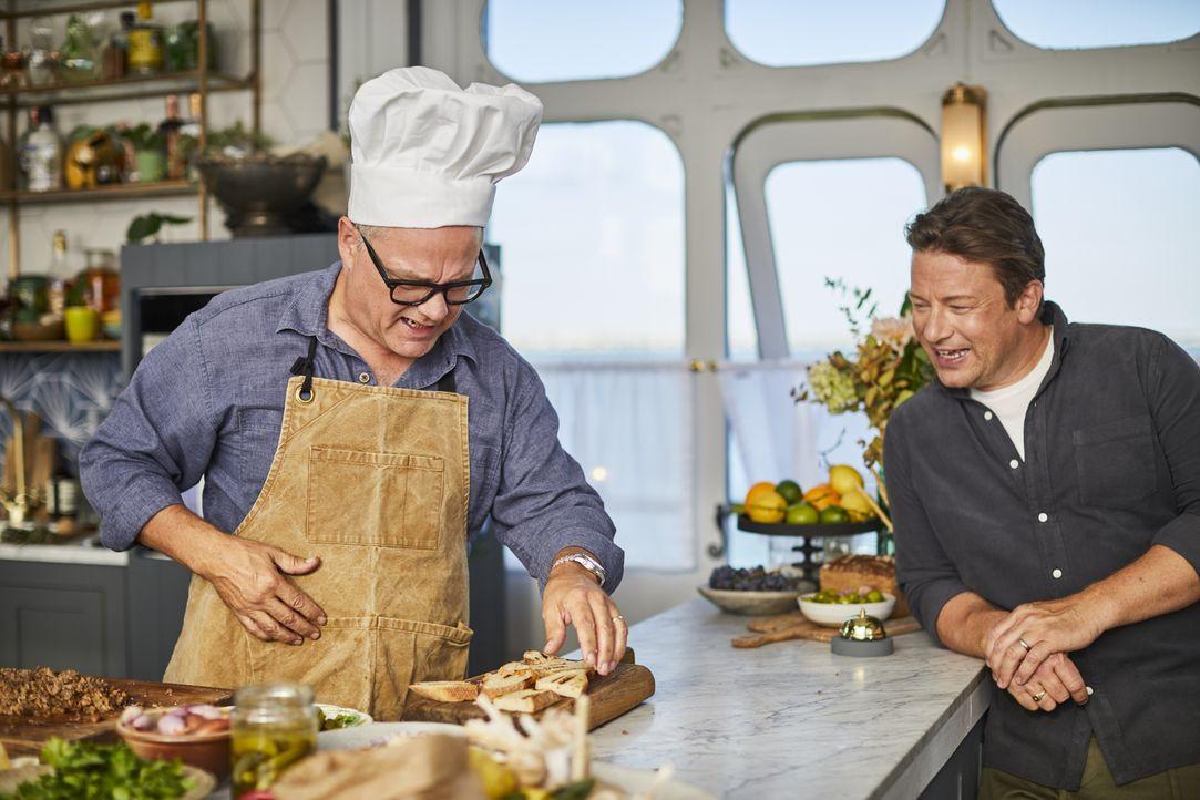 Jack Dee (l.); Jamie Oliver (r.) - Bildquelle: Steve Ryan 2019 Jamie Oliver Enterprises ltd. / Steve Ryan