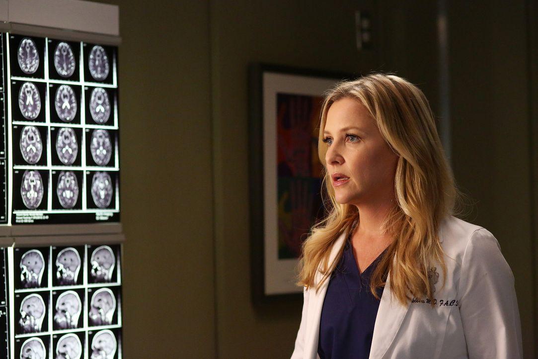 Arizona (Jessica Capshaw) lässt aus Neugierde hinter Dr. Hermans Rücken die Krankenakte der Ärztin anfordern - und ist schockiert ... - Bildquelle: ABC Studios