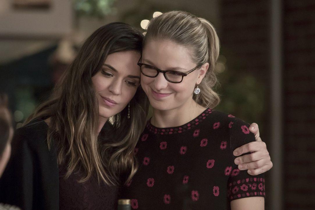 Spielt Sam (Odette Annable, l.) nur ein Spiel mit Kara (Melissa Benoist, r.) oder ist sie tatsächlich einerseits ihre Freundin und andererseits unfr... - Bildquelle: 2017 Warner Bros.