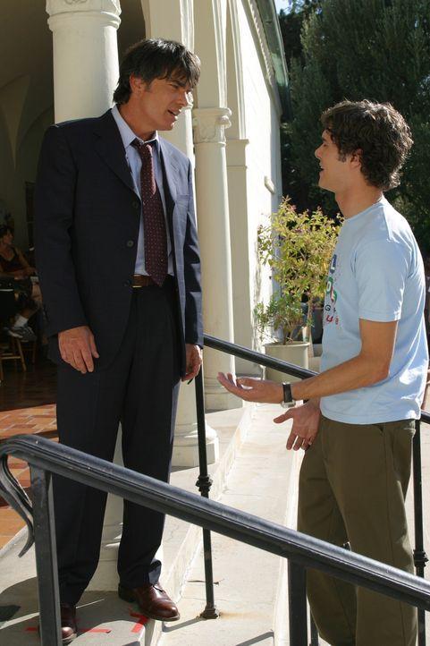 Seth (Adam Brody, r.) bitte Sandy (Peter Gallagher, l.) um Hilfe ... - Bildquelle: Warner Bros. Television