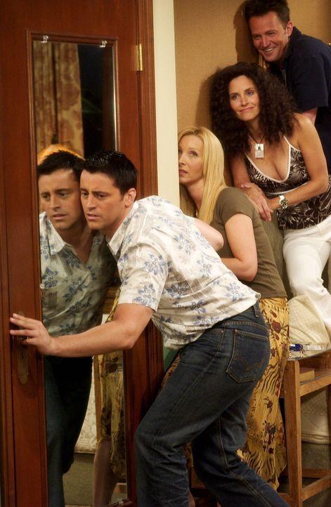 Gute Freunde wollen einfach alles wissen: Joey (Matt LeBlanc, l.), (Monica (Courteney Cox, 2.v.r.), Chandler (Matthew Perry, r.) und Phoebe (Lisa Ku... - Bildquelle: 2003 Warner Brothers International Television