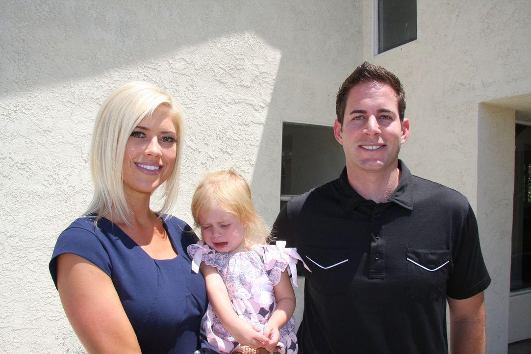 Noch sind Christina (l.) und Tarek (r.) frohen Mutes, doch dann entdecken sie erheblichn Schäden an dem großen Haus in Ontario ... - Bildquelle: 2013,HGTV/Scripps Networks, LLC. All Rights Reserved